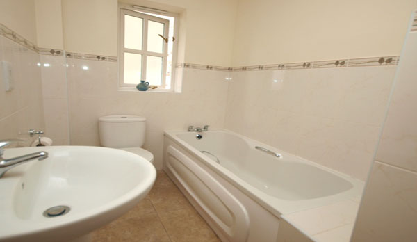 holiday cottage in lulworth cove king bathroom 2